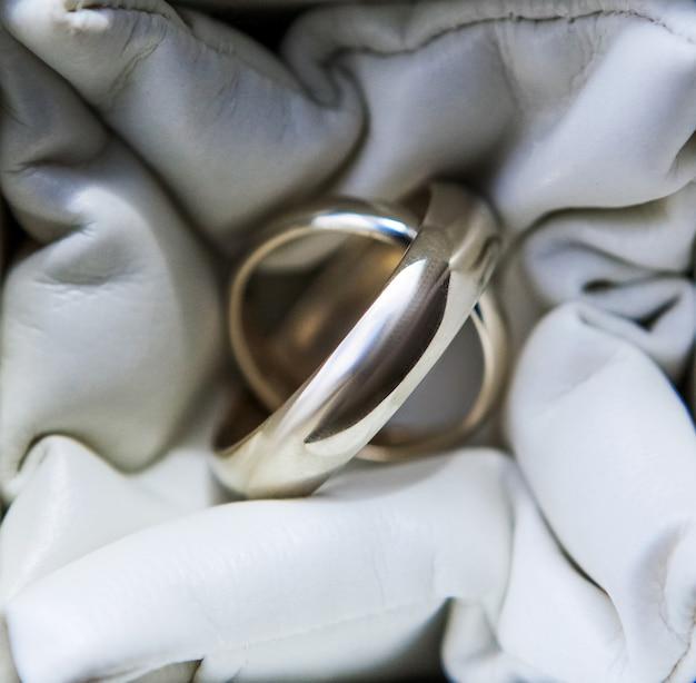 Обручальные кольца из белого золота крупным планом, свадебные аксессуары
