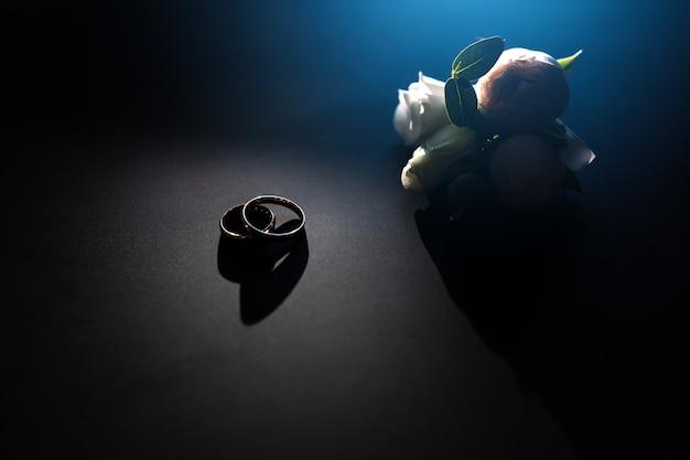 暗い背景のクローズアップの結婚指輪。