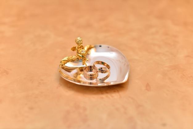 Обручальные кольца на золотом подносе