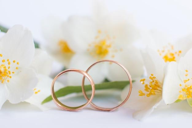 白い背景の上の結婚指輪。お祝いの婚約ジュエリーセット