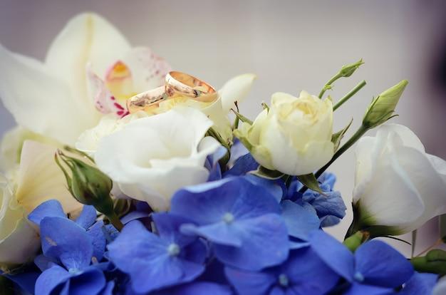 美しい花嫁のブーケの白い花の結婚指輪