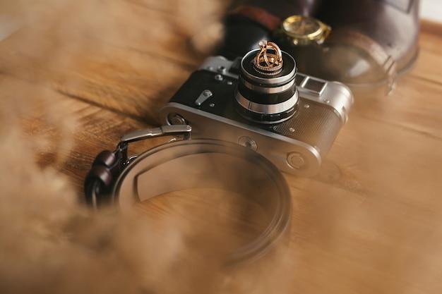 오래 된 카메라에 결혼 반지