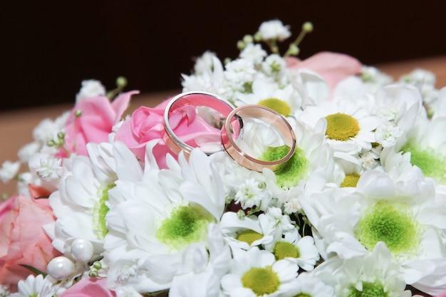 신부 부케에 결혼 반지