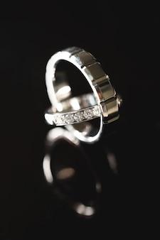 Обручальные кольца на темном фоне