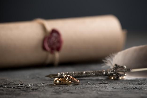 Обручальные кольца на фигуре разбитого сердца из дерева, молот судьи на деревянном фоне. бракоразводный процесс