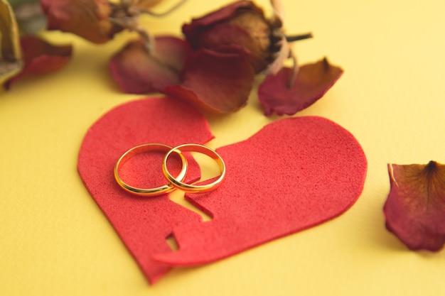 나무에서 실연의 그림에 결혼 반지, 나무 배경에 판사의 망치. 이혼 절차
