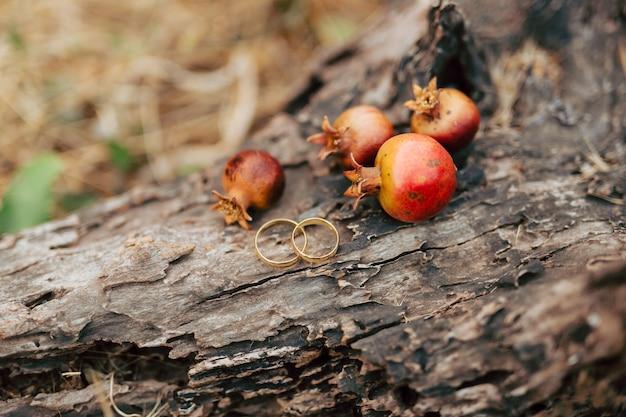 ザクロの熟した赤いザクロの果実の結婚指輪