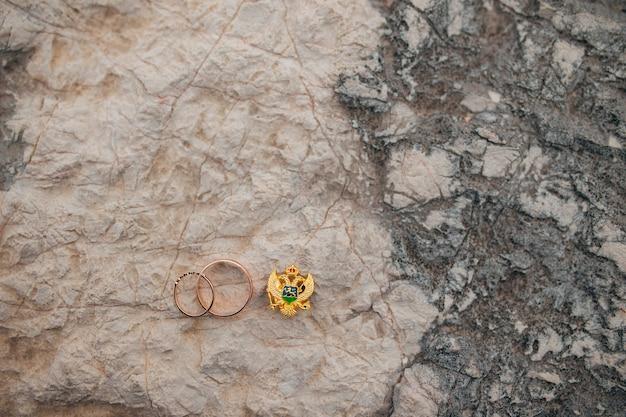 草の中の石の結婚指輪
