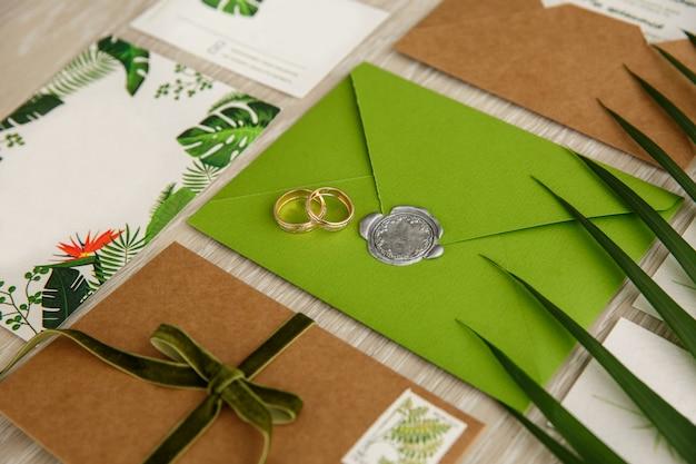 結婚式招待状の結婚指輪。緑や素朴な結婚式