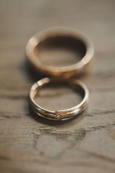 Обручальные кольца на деревянных фоне
