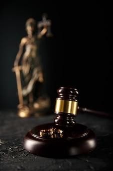 木の板の結婚指輪と小槌裁判官