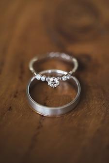 Обручальные кольца на открытом воздухе на деревянном фоне