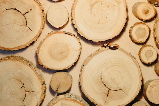 Обручальные кольца над деревянными ломтиками