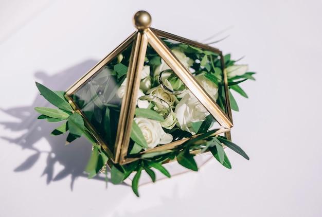 結婚指輪。結婚式のシンボル、属性。休日、お祝い。