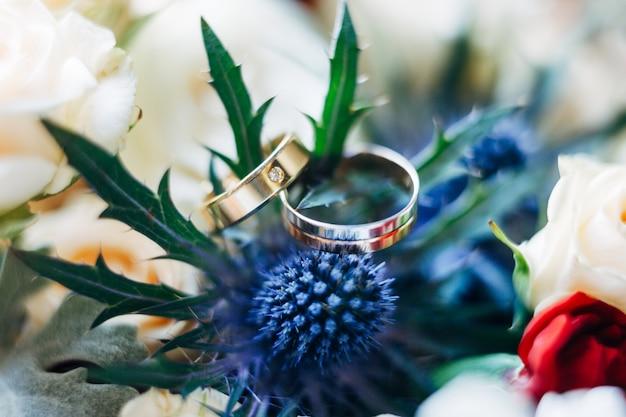 푸른 꽃 모르도브니크의 잎에 보석이 있는 결혼 반지