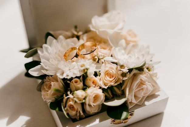 Обручальные кольца со свадебным декором