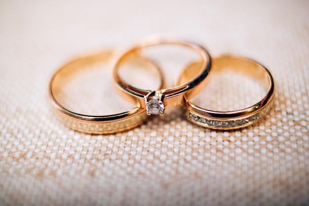 砂の上の美しい彫刻が施された結婚指輪