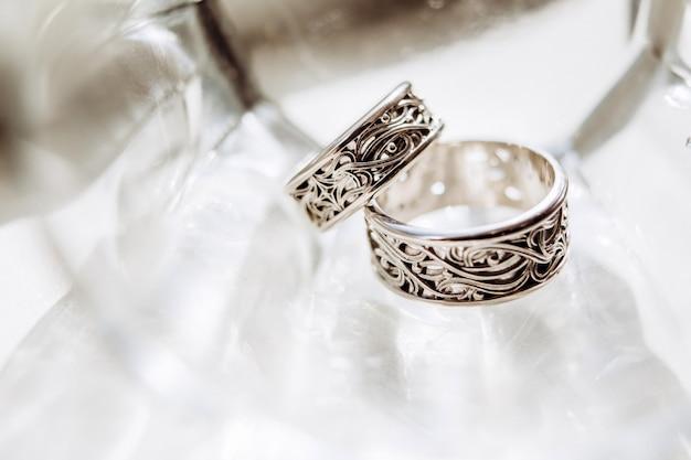 美しい彫刻が施された結婚指輪