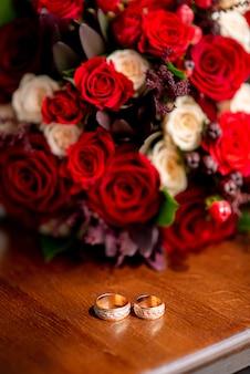 Обручальные кольца с свадебным букетом невесты