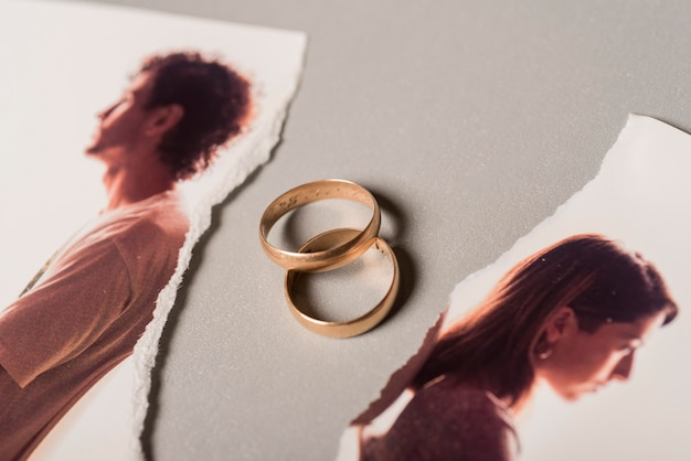 Обручальные кольца с разбитой картиной