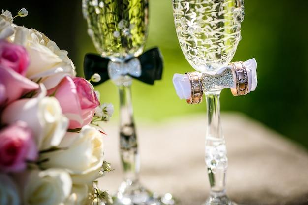 バラとシャンパングラスの結婚指輪