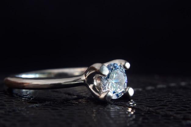 Обручальное кольцобелое золото и бриллиант
