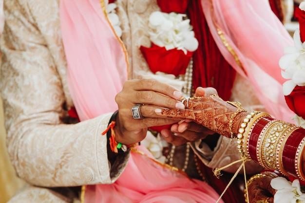 インドで指に指輪を置く結婚式の儀式