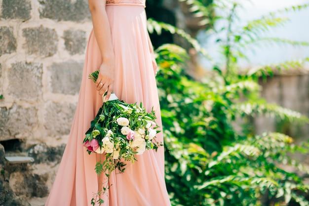 花嫁の手にバラと牡丹の結婚式。モンテネグロでの結婚式。