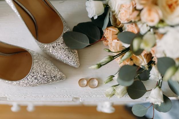 Свадебные туфли и свадебная атрибутика свадебный букет золотые обручальные кольца