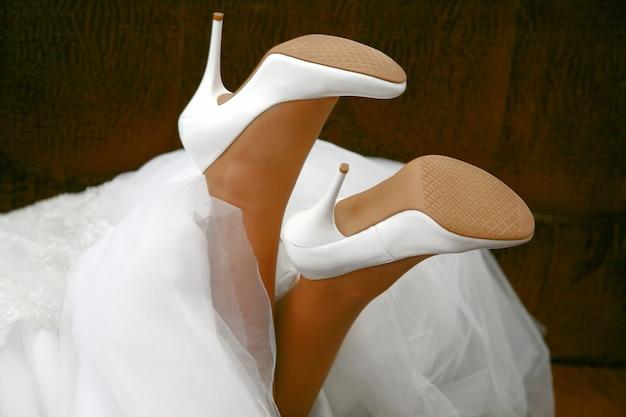 花嫁の結婚式の靴をクローズアップ。ファッションと美容の女性
