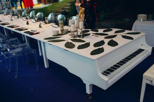 ピアノの形の結婚式のテーブルの装飾。