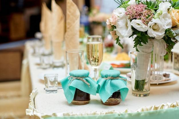 レストランで花で飾られた結婚式のテーブル。