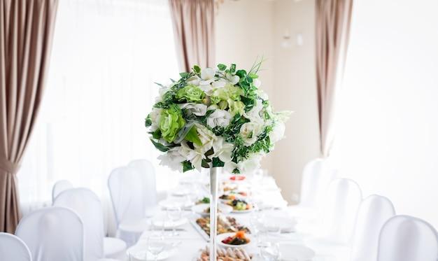 꽃으로 장식된 웨딩 테이블. 신혼부부. 꽃 장식