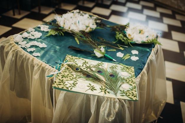 緑のスタイルでテーブルの上に花と結婚式のテーブルの装飾、ディナーテーブルの装飾