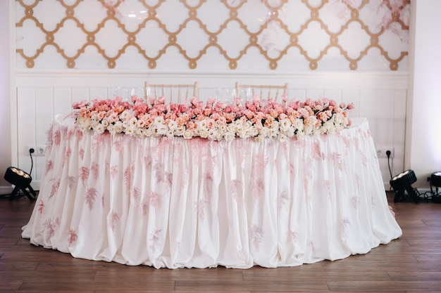 성의 테이블에 꽃으로 웨딩 테이블 장식, 촛불로 저녁 식사를위한 테이블 장식. 촛불이있는 저녁 식사.