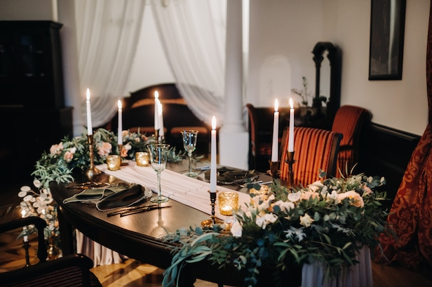 Украшение свадебного стола цветами на столе в замке, украшение стола к ужину при свечах. ужин при свечах.