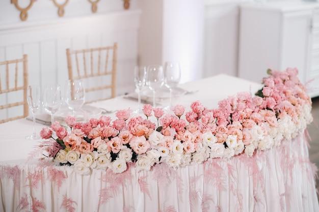 성의 테이블에 꽃이있는 웨딩 테이블 장식, 촛불로 저녁 식사를위한 테이블 장식.