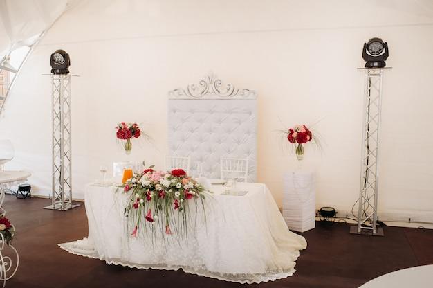 城のテーブルの上に花と結婚式のテーブルの装飾