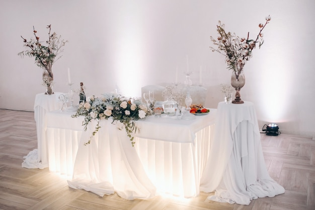 Украшение свадебного стола цветами на столе в зимнем стиле