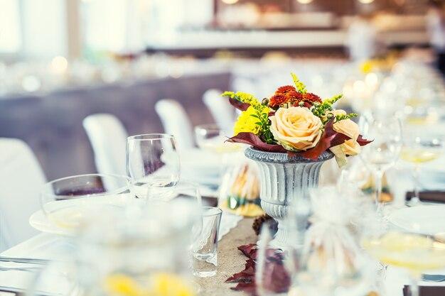 結婚式のテーブル。結婚式の飾りとしてフラワーアレンジメントブーケ。