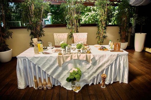소박한 스타일의 웨딩 테이블, 축제 테이블에 제공되는 나무와 야생화로 만든 장식
