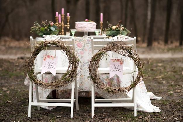 숲 근접 촬영에서 웨딩 테이블