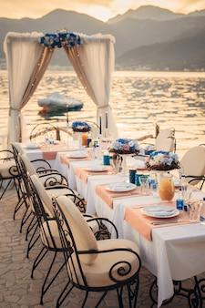 海岸の結婚式のテーブル。モンテネグロでの結婚式