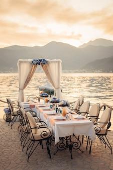 海岸の結婚式のテーブル