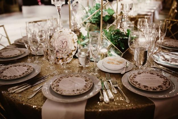 結婚式の夜に結婚式のテーブルセッティング