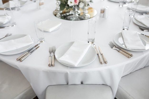 신선한 꽃으로 장식 된 웨딩 테이블 설정