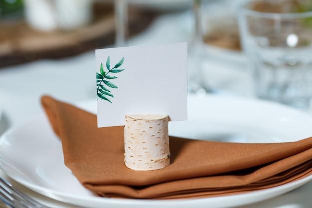 Сервировка свадебного стола с пустой карточкой гостя на блюде