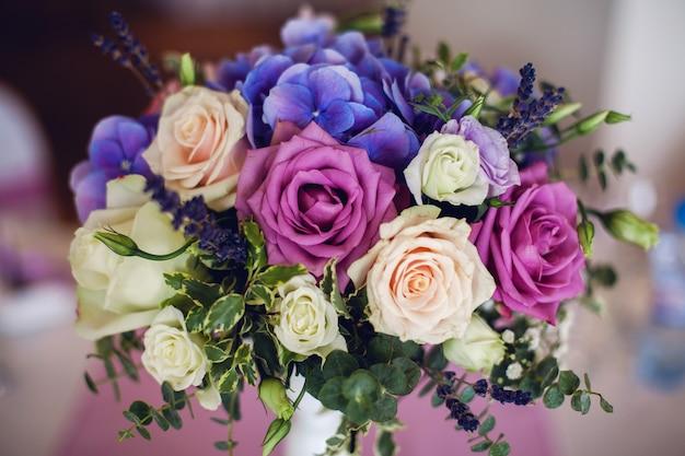 花の青、白、赤と結婚式のテーブルの設定