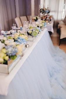 スカイブルーの装飾が施されたウェディングテーブル。高品質の写真