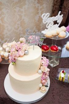 Свадебные вкусные украшения. конфета, шоколадный батончик. сладкий стол